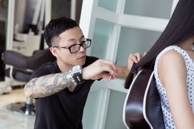 Azubi beim Haarschnitt