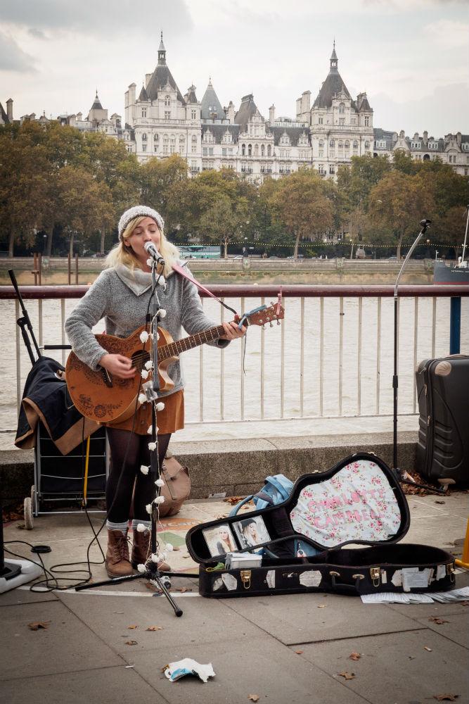 Straßenmusikerin in LondonStraßenmusikerin in London